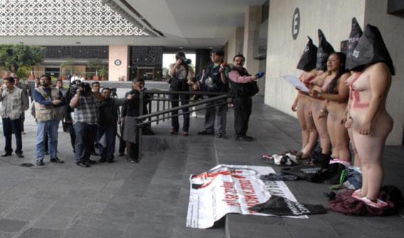 Jóvenes protestan desnudas en San Lázaro