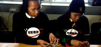 Jóvenes de Ciudad del Cabo diseñan el primer satélite privado de África